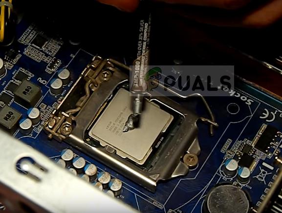 Aufbringen einer Wärmeleitpaste auf einen Prozessor