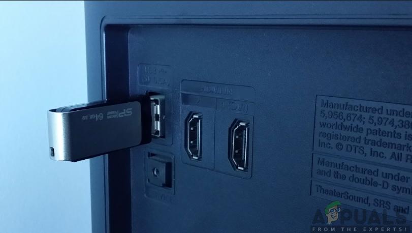 USB-Laufwerk in das Fernsehgerät einstecken